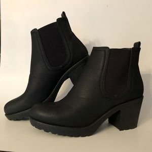 Chelsea boot black size 9.
